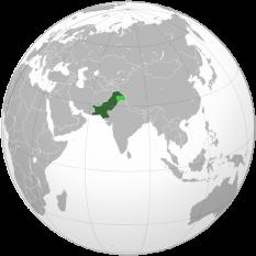 Pakistanul este așezat în Asia de Sud, în bazinul fluviului Ind se învecinează cu Afganistanul în nord-vest, China în nord, cu India la est, Iran la vest și are ieșire la Marea Arabiei în sud. Capitala Pakistanului este orașul Islamabad - foto: ro.wikipedia.org