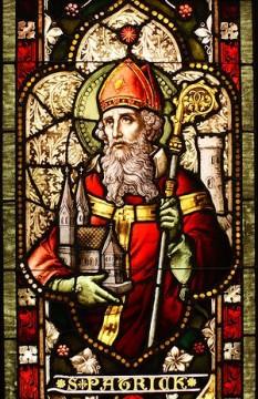 Patriciu (Patrick) (n. cca. 385, d. 461), episcop irlandez, sfânt patron al Irlandei și Islandei, sărbătorit în Biserica Catolică la 17 martie. Mai este cunoscut și sub numele de Apostolul Irlandei. S-a născut în Britania, în jurul anului 385. La 16 ani a fost prins de pirați și vândut rob în Irlanda, unde a fost trimis să pască oile. Recâștigându-și libertatea după 6 ani, s-a întors în Britania. A intrat în rândul clericilor, iar în 432 s-a întors în Irlanda, devenind marele apostol al acestei țări. Sfințit episcop al Irlandei, a evanghelizat cu râvnă poporul din acea insulă, i-a convertit pe mulți la credința creștină și a organizat Biserica locală, în ciuda unor mari dificultăți. În jurul anului 444 a întemeiat episcopia Armagh, în apropiere de Belfast. A murit lângă orașul Down în anul 461, în Irlanda de Nord. Este sfântul patron al Irlandei și Islandei - foto: ro.wikipedia.org