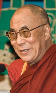 Jetsun Jamphel Ngawang Lobsang Yeshe Tenzin Gyatso (n. 6 iulie 1935, Lhamo Döndrub) este al 14-lea Dalai Lama. El este șeful spiritual al budismului tibetan și liderul guvernului tibetan aflat în exil în Dharamshāla. În anul 1987 a redactat un plan în cinci puncte, pe care l-a înaintat atât autorităților chineze, cât și celor internaționale, plan care prevede: Transformarea întregului Tibet, inclusiv a provinciilor Kham și Amdo, într-o zonă liberă de violență; Încetarea politicii chineze de transferuri etnice; Respectarea drepturilor și libertăților democratice ale poporului tibetan; Restabilirea și protejarea mediului din Tibet; Începerea de tratative serioase cu privire la viitorul statut al Tibetului, precum și stabilirea de relații între poporul tibetan și poporul chinez.[1] În 1989 a fost distins cu Premiul Nobel pentru Pace - foto: ro.wikipedia.org