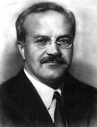 Viaceslav Mihailovici Molotov (calendarul iulian)/9 martie 1890 (calendarul gregorian) – 8 noiembrie 1986), sovietic politician și diplomat, a fost unul dintre cei mai importanți conducători ai guvernului sovietic, începând din deceniul al treilea al secolului trecut, când a fost propulsat la putere de către protectorul său, Stalin, până în deceniul al șaselea, când a fost destituit din toate funcțiile de Nikita Hrușciov. A fost principalul semnatar, din partea sovietică, al pactului de neagresiune sovieto-german din 1939 - foto preluat de pe cersipamantromanesc.wordpress.com