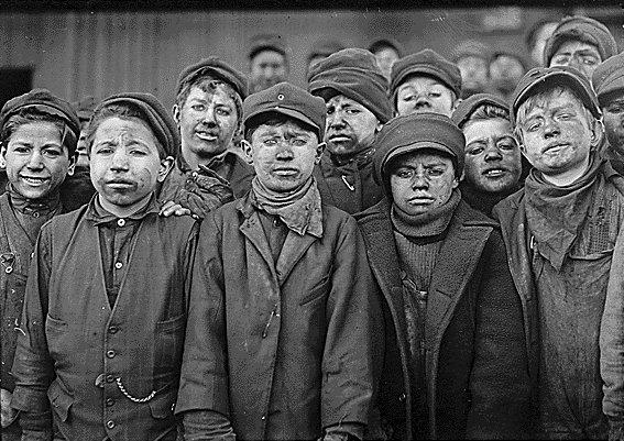 Munca copiilor într-o mină de cărbune, Statele Unite ale Americii, c. 1912. Fotografie de Lewis Hine - foto: en.wikipedia.org