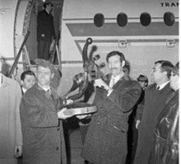Handbaliștii prezintă trofeul câștigat la cea de-a VIII-a ediție a Campionatului Mondial de Handbal Masculin desfășurat în RDG - foto: (c) Cornel Mocanu/ Agerpres Arhiva