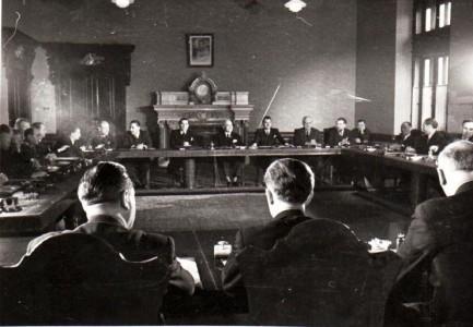 """Primul Consiliu de Miniştrii al noului cabinet. În fotografie Gh. Gheorghiu Dej, Petru Groza, ş.a., sala marii Adunări Naţionale.(6 martie 1945) - foto: """"Fototeca online a comunismului românesc"""", Cota: 89/1945"""