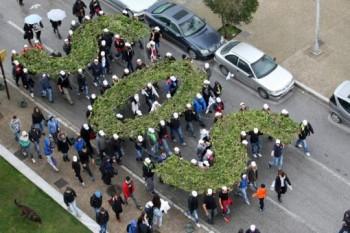 Demonstranţi greci protestează împotriva unor exploatări miniere, Thessaloniki, 28 martie 2015 (SAKIS MITROLIDIS/AFP/Getty Images) foto - epochtimes-romania.com