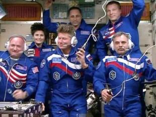 Primul echipaj de astronauţi care va petrece un an pe Staţia Spaţială Internaţională a sosit pe avanpostul spaţial