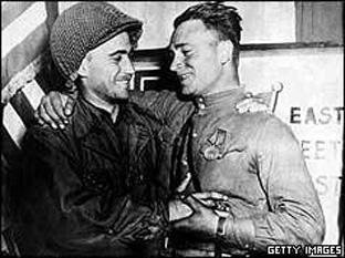 Trupele americane si sovietice se intalnesc pe Elba - foto preluat de pe cersipamantromanesc.wordpress.com