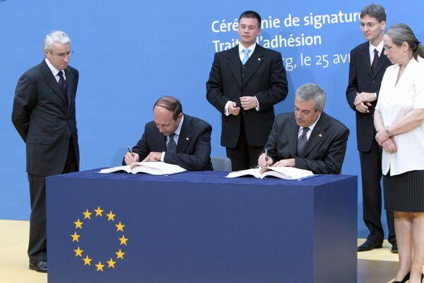 Traian Băsescu semnează, alături de premierul Călin popescu-Tăriceanu, Tratatul de Aderare la UE. 25 aprilie 2005, abația Neumunster din Luxemburg - foto: fluierul.ro