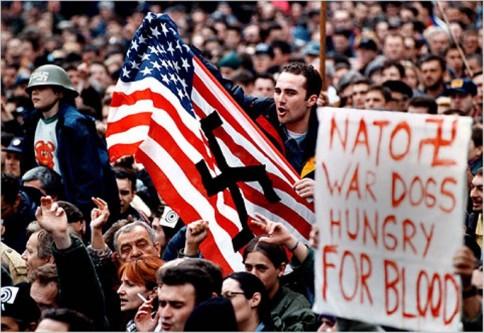 8 aprilie 1999: Mii de persoane au format scuturi umane pe trei poduri din Belgrad si Novi Sad pentru a le proteja impotriva raidurilor NATO - foto: libertatea.ro