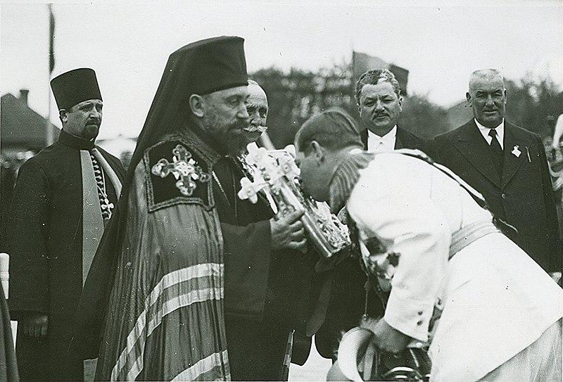 Episcopul Hotinului Visarion şi Regele Carol II la sfinţirea catedralei Sf. Constantin şi Eleana din Bălţi - foto preluat de pe ro.wikipedia.org