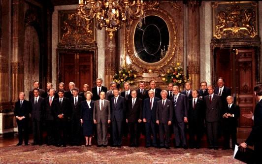 Consiliul European. Un tradițional grup pentru poza de familie, aceasta a fost făcută în palatul regal din Bruxelles în timpul președinției belgiene din 1987 - foto: ro.wikipedia.org