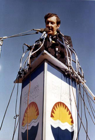 U.S. Senator Edmund Muskie speaking at Fairmount Park, Philadelphia on Earth Day, 1970 - foto preluat de pe en.wikipedia.org