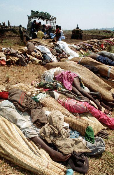 Genocidul din Rwanda (1994) Cadavre în urma genocidului - foto preluat de pe ro.wikipedia.org