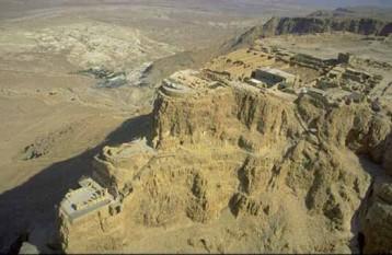 """Masada (o romanizare a termenului ebraic מצדה, Metzadá, care provine din מצודה, metzudá, """"cetate"""", """"fortăreață"""") a fost o fortăreață antică cu o poziție strategică însemnată, pe o colină situată la marginea de răsărit a pustiului Iudeei, pe malul vestic al Mării Moarte. Colina se află la o altitudine de 63 metri deasupra nivelului mării, și la o înălțime de 450 metri față de nivelul Mării Moarte - foto: cersipamantromanesc.wordpress.com"""