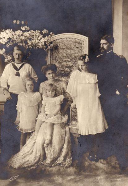 Principele Ferdinand, Principesa Maria și copiii Carol, Elisabeta, Maria și Ileana, 1913 - foto preluat de pe ro.wikipedia.org