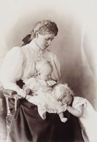 Principesa Maria cu primii săi copii, Carol și Elisabeta, în 1895 - foto preluat de pe ro.wikipedia.org