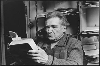 Emil Cioran (n. 8 aprilie 1911, Rășinari; d. 20 iunie 1995, Paris) filozof și scriitor român stabilit în Franța, unde a trăit până la moarte fără să ceară cetățenia franceză - foto preluat de pe bcu.ulbsibiu.ro