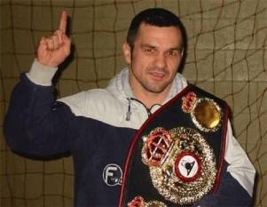 Leonard Dorin Doroftei (n. 10 aprilie 1970) este un fost pugilist român, campion mondial WBA la categoria semi-ușoară (61,9 kg) între 5 ianuarie 2002 și 24 octombrie 2003 - foto: cersipamantromanesc.wordpress.com