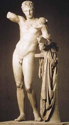 Hermes ținându-l pe micul Dionysos - foto preluat de pe cersipamantromanesc.wordpress.com