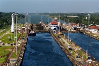 Canalul Panama (spaniolă: Canal de Panamá) este un canal important care traversează istmul Panama în America Centrală, legând oceanele Atlantic și Pacific. - foto Un remorcher îndreptându-se către capătul canalului dinspre Caraibe.)(: ro.wikipedia.org