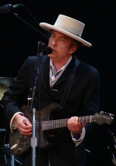 Bob Dylan, născut ca Robert Allen Zimmerman la 24 mai 1941 la Duluth, Minnesota, SUA,provine dintr-o familie de evrei emigrați din Rusia. Este un cântăreț, compozitor, muzician și poet american ale cărui contribuții în muzica americană sunt comparabile, în faimă și influență, cu cele ale lui Stephen Foster, Irving Berlin, Woody Guthrie și Hank Williams - foto: en.wikipedia.org