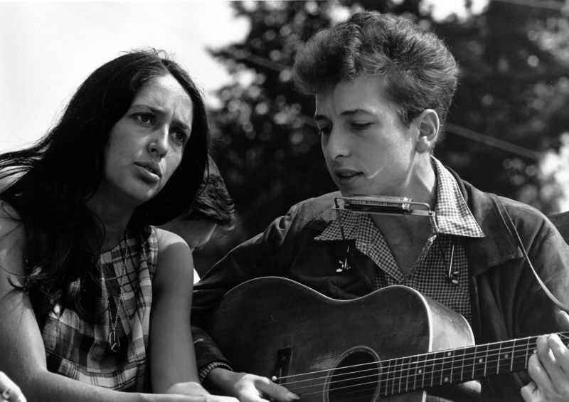 "Dylan with Joan Baez during the civil rights ""March on Washington for Jobs and Freedom"", August 28, 1963 - foto preluat de pe en.wikipedia.org"