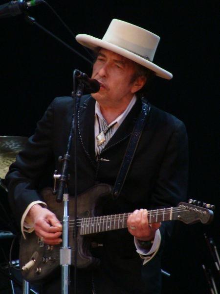 Bob Dylan (născut ca Robert Allen Zimmerman, n. 24 mai 1941,Duluth, Minnesota, SUA) este un cântăreț, compozitor, muzician și poet american ale cărui contribuții în muzica americană sunt comparabile, în faimă și influență, cu cele ale lui Stephen Foster, Irving Berlin, Woody Guthrie și Hank Williams - (Bob Dylan at Azkena Rock Festival in Vitoria-Gasteiz, Spain, in June 2010) - foto preluat de pe en.wikipedia.org