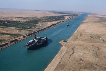 USS America (CV-66), an American aircraft carrier in the Suez Canal -  foto - en.wikipedia.org