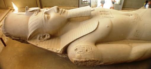 Colosul lui Ramses din Memphis - foto - ro.wikipedia.org