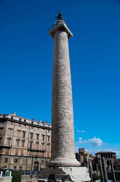 Columna lui Traian este un monument antic din Roma construit din ordinul împăratului Traian, pentru comemorarea victoriei sale în Dacia, care s-a păstrat până în zilele noastre - foto preluat de pe daciqum.files.wordpress.com