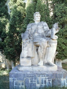 Statue of Coresi — in Saint Nicholas church cemetery, in the Şchei district of Braşov, Transylvania. Statue by Ion Meiu - foto - ro.wikipedia.org