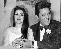 Elvis Presley si Priscilla Beaulieu - foto preluat de pe cersipamantromanesc.wordpress.com