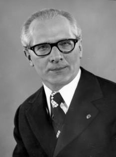 Erich Honecker (n. 25 august 1912, Neunkirchen (Saar) – d. 29 mai 1994, Santiago de Chile) politician comunist german care a condus Republica Democrată Germană (Germania de Est) din 1971 până în 1989 - foto - ro.wikipedia.org