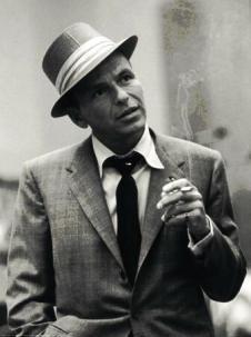 """Francis Albert """"Frank"""" Sinatra (n. 12 decembrie 1915 – d. 14 mai 1998), cântăreț, crooner și actor american, laureat al premiului Academiei Americane de Film pentru cel mai bun actor într-un rol secundar, în 1954, pentru rolul jucat în filmul From Here to Eternity  foto: cersipamantromanesc.com"""