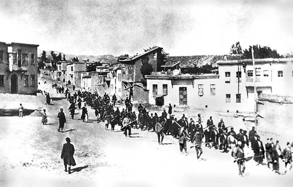 Armenian civilians, escorted by Ottoman soldiers, marched through Harput (Kharpert) to a prison in nearby Mezireh (present-day Elâzığ), April 1915 - foto: en.wikipedia.org