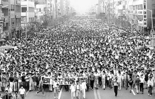 18 mai 1980: Studenții din Gwangju, Coreea de Sud încep demonstrațiile, cerând reforme democratice - foto preluat de pe koreabang.com