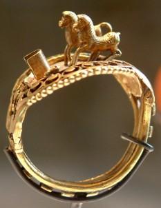 Inelul lui Ramses al II-lea, cu caii săi favoriți (Muzeul Louvre) - foto - ro.wikipedia.org