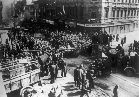 5 mai 1945: Începutul Insurecției din Praga. Rezistența cehă salută tancurile Armatei Roșii intrate în Praga la 9 mai 1945 - foto: ro.wikipedia.org