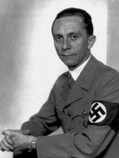 Paul Joseph Goebbels (29 octombrie 1897 - 1 mai 1945), politician german și Ministrul Propagandei Publice în timpul regimului nazist din anul 1933 până în 1945. A fost unul dintre cei mai apropiați colaboratori a lui Adolf Hitler și printre cei mai devotați adepți a ideologiei naziste. Goebbels a fost cunoscut ca fiind zelos, un orator energic și un antisemit virulent foto: cersipamantromanesc.wordpress.com