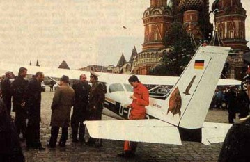 Image of Mathias Rust's Cessna 172 in Red Square, Moscow, Russia - foto - en.wikipedia.org