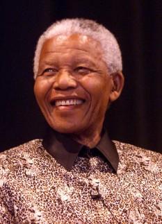 Nelson Rolihlahla Mandela (n. 18 iulie 1918 – d. 5 decembrie 2013) a fost un om politic sud-african, care a deținut funcția de președinte al Africii de Sud în intervalul 1994-1999. Adversar al apartheidului, a fost primul președinte al Africii de Sud ales prin vot universal, într-un scrutin larg reprezentativ și cu participare multirasială. Guvernarea lui Mandela s-a axat pe dezmembrarea moștenirii apartheidului, prin combaterea rasismului instituționalizat, a sărăciei și a inegalității și promovarea reconcilierii rasiale. Un susținător al pan-africanismului și al socialismului democratic, el a fost președinte al partidului Congresul Național African din 1991 până în 1997. Pe plan internațional, Mandela a fost secretar general al organizației interguvernamentale Mișcarea de Nealiniere, între 1998 și 1999 - foto: cersipamantromanesc.wordpress.com