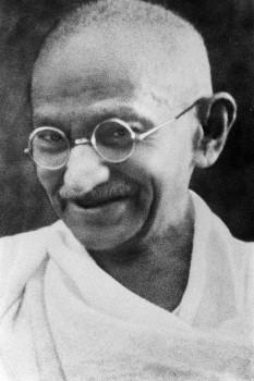 """Mahatma Gandhi (*2 octombrie 1869, Porbandar/Kathiawar - †30 ianuarie 1948, New Delhi) cu adevăratul său nume Mohandas Karamchand Gandhi părintele independenței Indiei și inițiatorul mișcărilor de revoltă neviolente. Numele de """"Mahatma"""" (în sanscrită înseamnă """"marele suflet"""") i-a fost dat de poetul indian Rabindranath Tagore - foto: ro.wikipedia.org"""