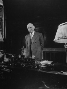 Jean-Baptiste Nicolas Robert Schuman (* 29 iunie 1886 Luxemburg, - † 4 septembrie 1963, Scy-Chazelles, Moselle, Franța) a fost un om de stat francez. Este considerat drept unul din părinții fondatori ai Uniunii Europene. În mai multe rânduri ministru, inclusiv ministru al Afacerilor Externe, apoi, în două rânduri, președinte al Consiliului de Miniștri al Franței, Robert Schuman a exercitat și funcția de președinte al Parlamentului European, între 1958 și 1960 - foto: cersipamantromanesc.wordpress.com
