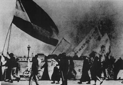 """4 mai 1919: În China s-a declanșat """"Mișcarea 4 Mai"""", prima mișcare studențească importantă din istoria Chinei. Studenții au demonstrat în Piața Tiananmen din Beijing, China protestând împotriva Tratatului de la Versailles prin care se transferau teritorii chineze Japoniei - foto: ro.wikipedia.org"""
