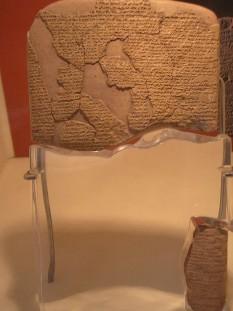 Tratatul de pace de la Kadesh, cel mai vechi tratat de pace cunoscut (Muzeul de Arheologie din Istanbul) - foto - ro.wikipedia.org