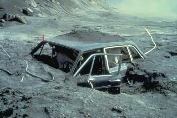 Maşina fotografului Reid Blackburn dupa erupţie - foto preluat de pe ro.wikipedia.org
