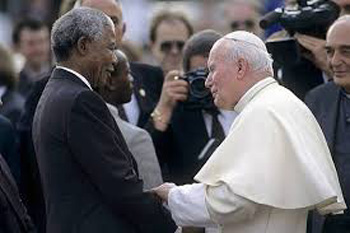 Papa Ioan Paul al II-lea si Nelson Mandela - foto preluat de pe cersipamantromanesc.wordpress.com