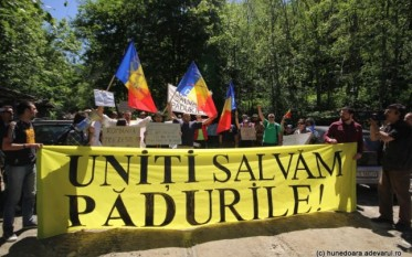 Protestul din zona cascadei Lolaia. FOTO: Daniel Guţă. ADEVĂRUL.