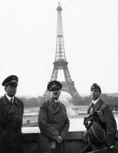 Hitler langa  Turnul Effel in Paris -  foto - cersipamantromanesc.wordpress.com