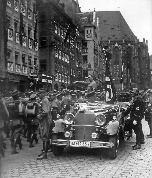 Adolf Hitler triumfător: Führer-ul trecând în revistă trupele SA în 1935. Un soldat SS stă lângă maşină, la stânga lui Hitler - foto: en.wikipedia.org