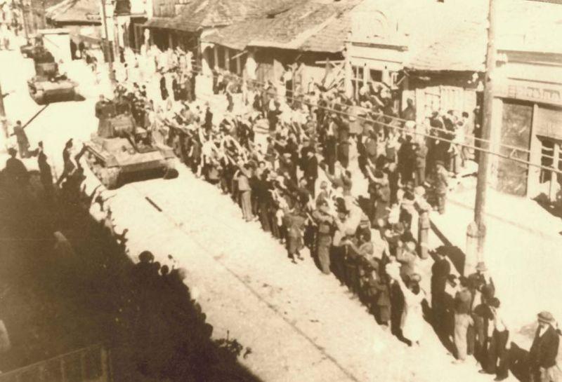 Intrarea tancurilor T-26 ale armatei sovietice în Basarabia în uralele populației locale prosovietice - foto preluat de pe ro.wikipedia.org